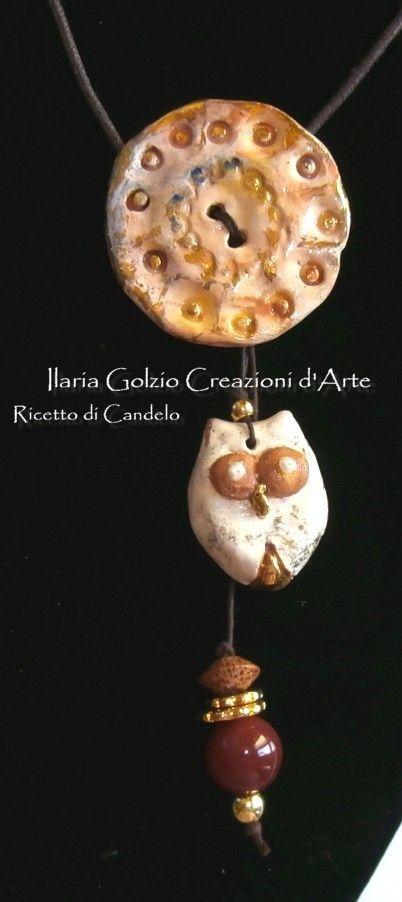 """""""I GIOIELLI DEL BOSCO"""" - Collana in ceramica dorata, impreziosita da perle, corniola e legno. Pezzo unico."""