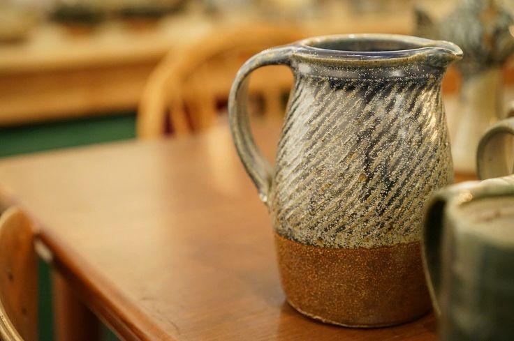 【丹麥陶器|數十年如一日,一百次摔杯的藝術極致】  手拉胚陶器,最困難的莫過於找尋中心點,一杯杯圓潤的杯口,每做完一百個,便重新再來,製作完成,燒起來的,重新再摔。  若問「藝術是什麼」  其中一個答案,或許是「不斷的練習,練習的極致」#pottery #ceramic #art #tablebible