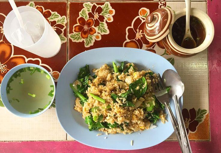 Fried rice with chicken. Yummmm!  今回はちゃんとご飯を食べることができてる タイ米のチャーハン 普段の二倍量のご飯でもペロリといける タイ米んまいなー好きだなー そして23時間後にはお腹が減る/// テーブルの柄を見るのも楽しみのひとつ . . #thailand #chiangmai #thaifood #food #foodie #lunch #scenery #life #eatlocal #travel #タイ #チェンマイ #暮らし #チェンマイ暮らし #風景 #旅 #タイ料理 #ランチ