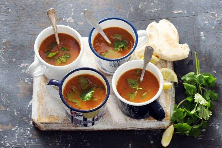 Gevulde soep met linzen en kikkererwten. Helemaal af met verse koriander. - Recept - Allerhande