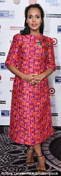 Rochie Indrazneata: Stilista Erin Walsh echipat Kerry într-o rochie brodată luminos coral ...