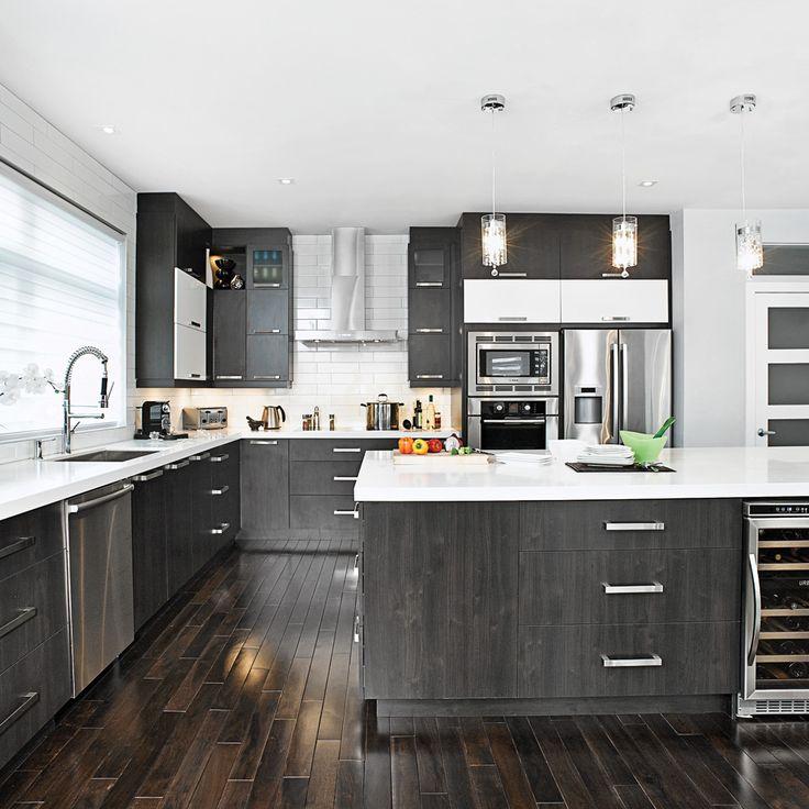 Cette cuisine brille par son allure spacieuse et par les contrastesde noir et blanc qui y règnent. Les armoires en mélamine imitationbois foncé et en thermoplastique blanc jouent sur les oppositionsde matières mates et lustrées, tandis que les modules à panneauxhorizontaux qui s'ouvrent vers le haut donnent un style résolumentcontemporain à la pièce.