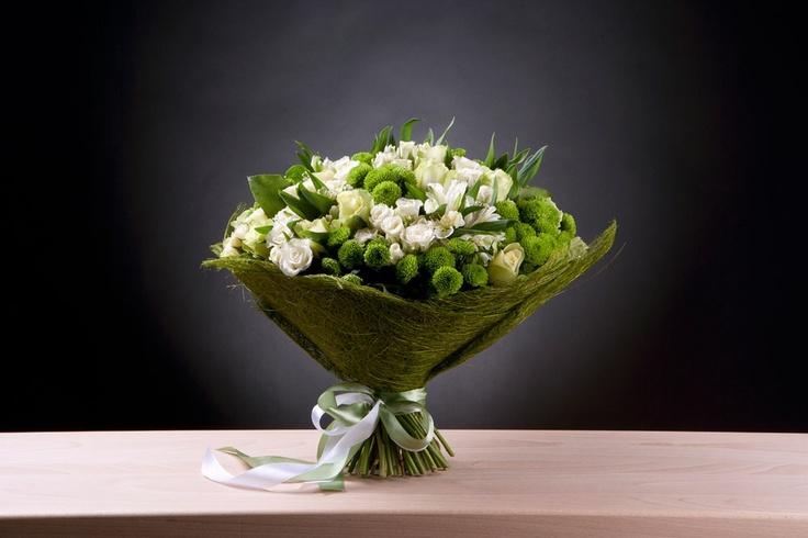 funfun 3700  Роза бело-зеленая, роза кустовая Snow Flake, альстромерия белая, хризантема сантини Froggy, салал