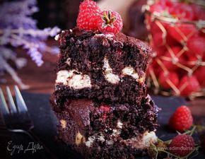 Брауни с малиной и творожной прослойкой  Сочный шоколадный брауни с малиной и нежной творожной прослойкой — просто чудесный десерт! Дополнит ваш любимый чай и порадует замечательным вкусом. #готовимдома #едимдома #кулинария #домашняяеда #брауни #малина #творожный #прослойка #ягоды #фрукты #выпечка #шоколадный #чаепитие #вкусно