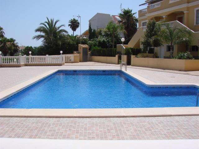 viento fresco. alquilo apartamento en cala capitan a 100 metros de la playa, jardin privado y otro comunitario con piscina.