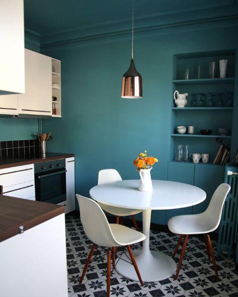 Bu mutfak dekorasyonu Paris'den. L tasarımlı bu mutfağı farklı kılan kullanılan kontrast renkler. Mavi tonlarında duvar, beyaz dolaplar, siyah fayanslar. Ama yer döşemesine ayrı bir parantez açmak lazım  #dekorasyon #mutfak