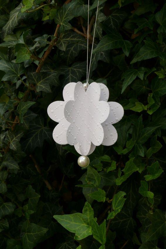 Dekorace+květinka+bílá+Květinka+je+vyrobená+z+kvalitního+pevného+kartonu,+gramáž+220+gsm,+velikost+květiny+8,7+cm.+Vhodná+k+zavěšení+kamkoliv+-+do+okna,+na+dveře,+na+zeď,+ka+kytku,+krásná+dekorace+na+párty,+na+svatbu,+můžete+zavěsit+na+pergolu+atd.