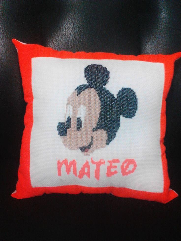 Cojín de Mickey Mouse.