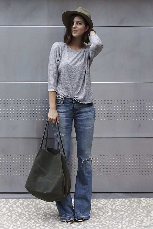 78a68203164 fall   winter - street style - street chic style - casual outfits - fall  outfits - easy outfits - grey long sleeve t-shirt + flare jeans + black  wedges + ...