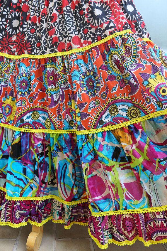 VERKAUF! 40 % Rabatt WAR $50--JETZT $30  Dieses farbenfrohe Boho Maxi Rock ist sicher ein Favorit! Die trendige abstrakten print und niedlich Pom Pom trim fügen einige Boho-Charme. Sehr gemütlich mit einem elastischem Bund und verstellbare Riegel, bequeme flowy Passform. Es ist auch kurz ausgekleidet.  100 % Baumwolle  Mehr schöne Röcke zu sehen: https://www.etsy.com/shop/SoulshineStore?section_id=17982799  GRÖßE:  Die Größen, die wir angeboten sind asiatischen Größen. Wir sind nicht in der…