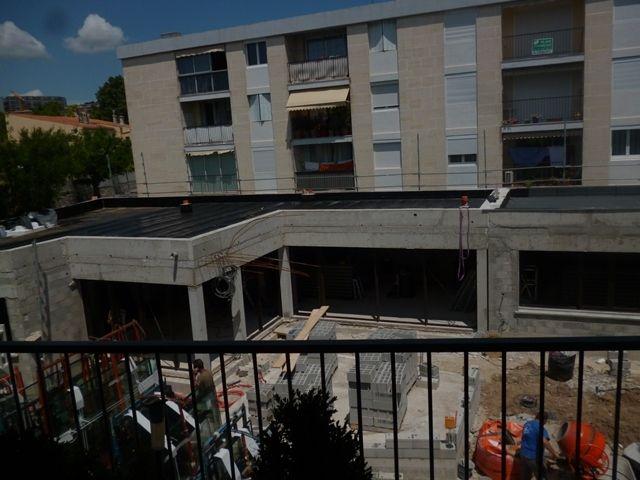 La hauteur finale du nouveau bâtiment a été atteinte. Sont arrivées les menuiseries, et commencent les travaux intérieurs dans le nouveau bâtiment : doublages, isolation, câblage électrique, plomberie etc. L'oratoire commence à sortir de terre ! C'est...