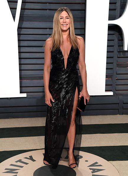 <p>La actriz que presentó el tributo a los artistas fallecidos lució una creación Versace que combinó con tacones Gucci y joyas Lorraine Schwartz. </p>