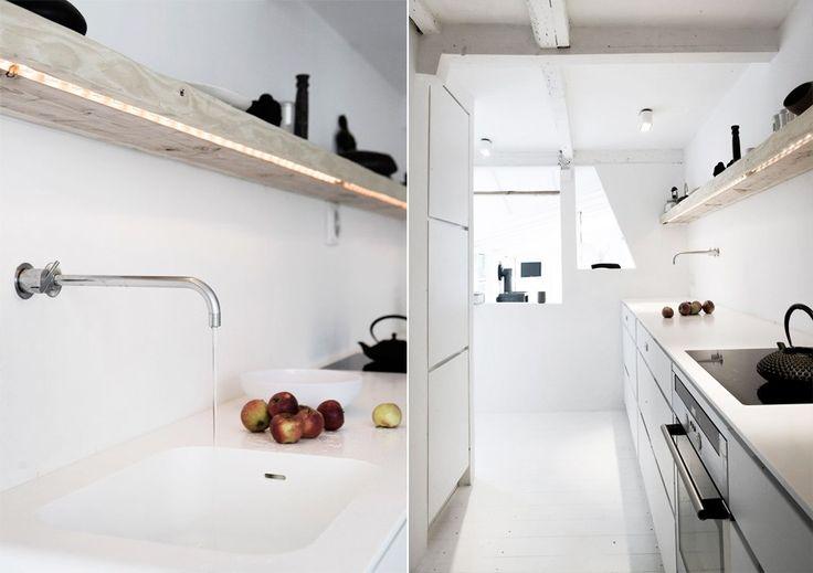Кухня с открытыми полками с подсветкой  #кухня #полки #дизайн #дизайнкухни #декор #kitchen #kichendesign #openshelves