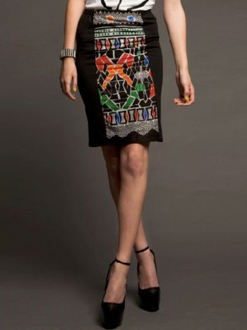 Ethnic skirt designed by Irene Heldens - Limited edition print design Deze rok is een special edition. De print is speciaal eenmalig gedrukt voor deze serie rokken. Het voor en achterpand is in print en de zijpanden in een zwart stretch materiaal waardoor hij heerlijk comfortabel is in het dragen.