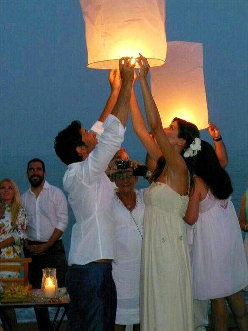 Wedding at the beach - Boda en la playa - Bridal couple with lampion - Los novios con una linterna