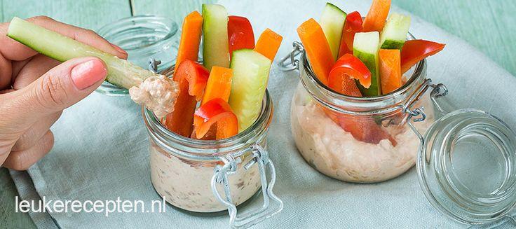 Gezonde snack van groente met yoghurtdip voor op tafel die er ook nog eens vrolijk uit ziet!