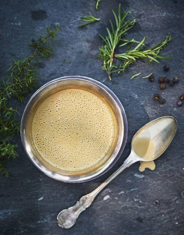 Den här såsen passar bra till allt vilt, till exempel hjort, älg och rådjur. Några matskedar messmör är en god smaksättning som kan ersätta eller komplettera konjak i det här receptet.