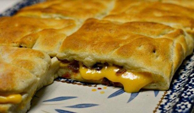 Měkké bochánky se sýrem a vypečenou slaninou na plech