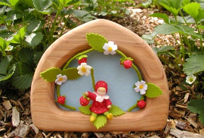 felt strawberry child in frame atelier pippilotta, nature table Summer, seizoenstafel zomer