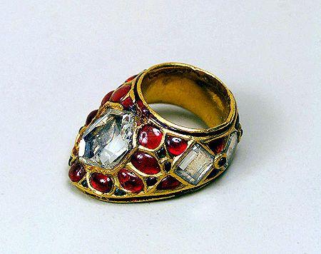 """Bague d'archer. Anneau de tir à l'arc du  Schah Jahan - 17ème siècle - Ensemble d'or avec diamants(carreaux) non coupés taillés et polis, rubis et émeraudes.  Shâh Jahân (1592 - 1666) a dirigé l'Empire Moghol de 1627 à 1658. Son nom signifie en persan """"roi du monde"""". Il était le fils de Jahângîr un des personnages de l'Empire Moghol et de son épouse hindoue la Bégum Bilqis Makani."""