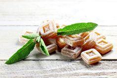 Diese Hustenbonbons aus eigener Herstellung bringen wohltuende Linderung bei Erkältungsbeschwerden wie Kratzen im Hals, Heiserkeit und Hustenreiz. Sie eigenen sich auch für Kinder  – und schmecken richtig lecker!