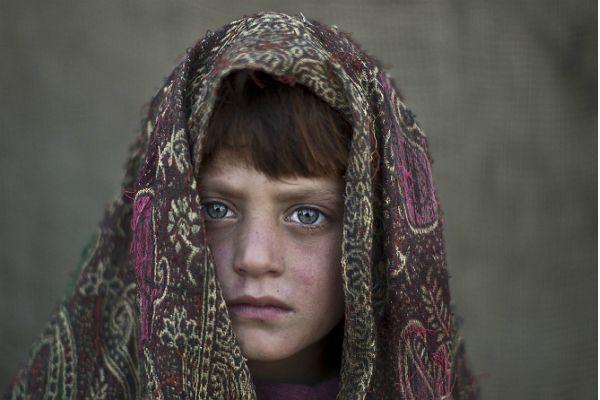 Naseebah Zarghoul, una niña refugiada afgana posa para una fotografía, mientras jugaba con otros niños en un barrio pobre a las afueras de I...