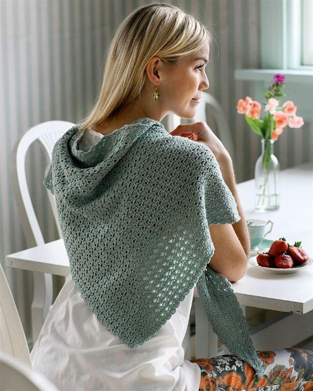 Et trekantet sjal, der kan snos rundt om halsen som tørklæde eller bæres hen over ryg og skuldre, har man altid brug for.