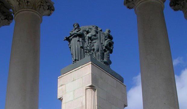 Estatuas de líderes latinoamericanos ilustres como Salvador Allende, Benito Juárez o Simón Bolívar flanquean la Calle G (oficialmente conocida como la Avenida de los Presidentes), un paseo que recuerda, salvando las distancias, a Las Ramblas de Barcelona.