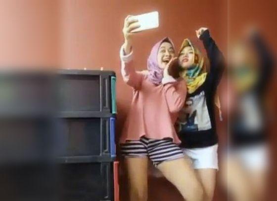 Inilah Video Hot 2 Cewek Berhijab Selfie Pakai Hotpants Yang Jadi Viral
