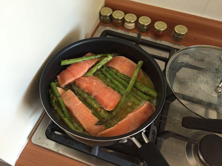 Salmón y espárragos a la cacerola: hervir aceite de oliva y añadir un ajo picado, sofrito y revolver hasta que cebolla esté transparente. Añadir espárragos lavados y cortados y el salmón (en mi caso, era salmón congelado). Dejar tapado hasta que salmón se descongele. Añadir 1 limón exprimido con sal y aliños a gusto. Dejar a fuego lento sobre tostador y con tapa. Servir inmediatamente.