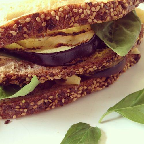 Sandwich met kaas, gegrilde aubergine, verse basilicum, pittige mosterd en augurk.