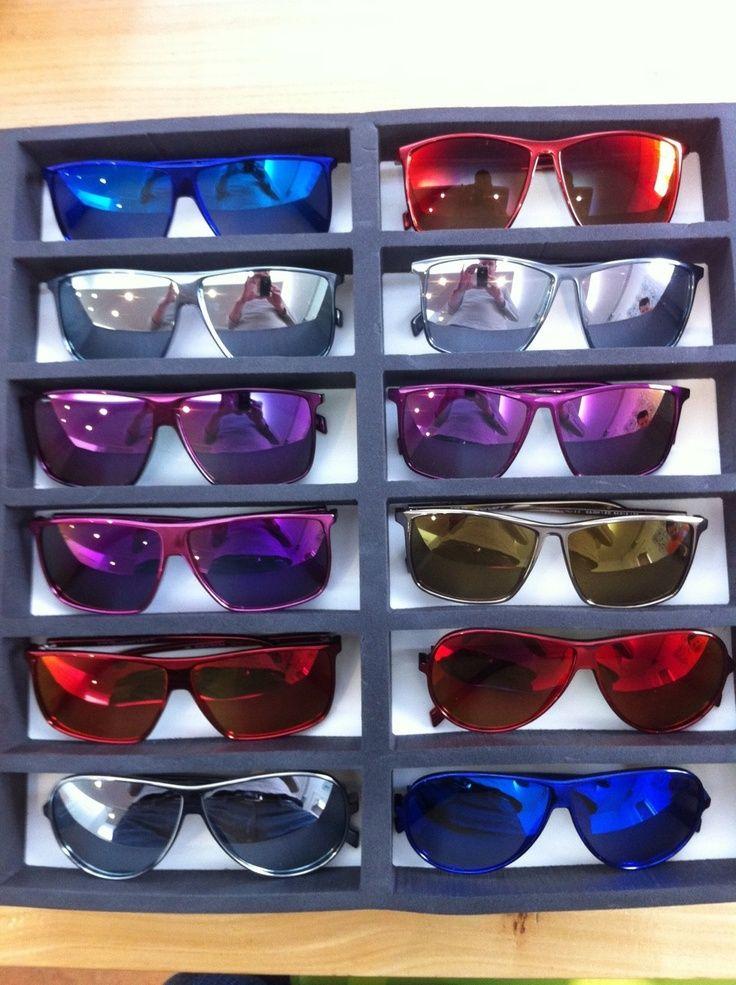 Okulary przeciw jesiennemu słońcu. Nie tylko latem przydaje się chronić oczy przed promieniami słonecznymi. Także jesienią jesteśmy narażeni na jego szkodliwe działanie. Dlatego dobrze w słoneczne jesienne dni zakładać okulary przeciwsłoneczne. Najmodniejsze są te z kolorowymi szkłami i oprawkami. Będą nie tylko dobrą ochroną, ale modnym gadżetem do jesiennych stylizacji. #męskie #okulary #przeciwsłoneczne #lifestyle ##okulary ##przeciwsłoneczne ##męskie