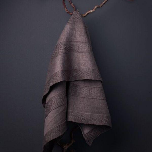 Finstrikket babyteppe med fint flettemønster i merinoull fra Italia.   Fås i fargene lyseblå, rosa, hvit, lys grå og mørk bruni str 80 x 80 cm.  100% italiensk merinoull, woolmark og økotex certifisert.  Norsk design med produksjon i Europa.  Kortr