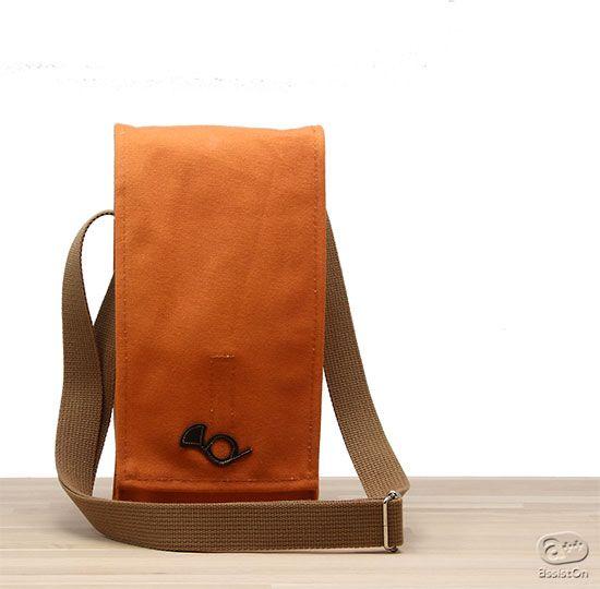 月光荘画材セット「水彩」 | AssistOn このセットがすべてきちんと収納でき、どこへでも持って出かけてお絵かきが楽しんでいただける、携帯の専用バッグです。  お出かけのときにご利用いただけるように、ショルダーバッグや斜め掛けバッグとして使え、また移動中にバッグ自体がじゃまにならないよう、縦長のデザインにしました。どうしても画材一式を収納すると重さもありますから、可能な限り軽量で、しっかりとした素材で作りました。一点一点、職人さんが手作業で仕上げています。  この中にこの「月光荘画材店 画材セット 水彩」の道具とスケッチブックの一式がきちんと収納できるようになっています。  なおこのバッグについての詳しい情報はこちらをごらんください。