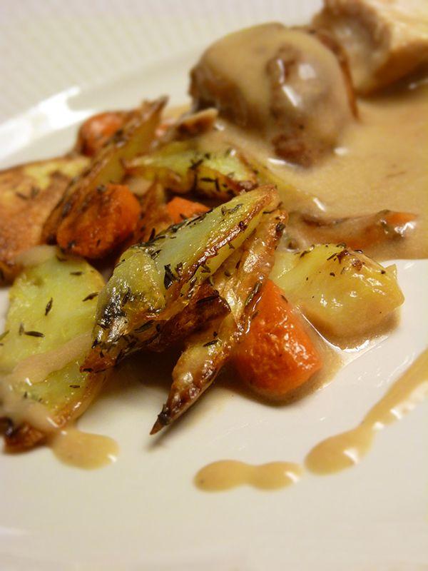 Kycklingfilé med rostade rotsaker och gräddsås. Läs mer på recept.com