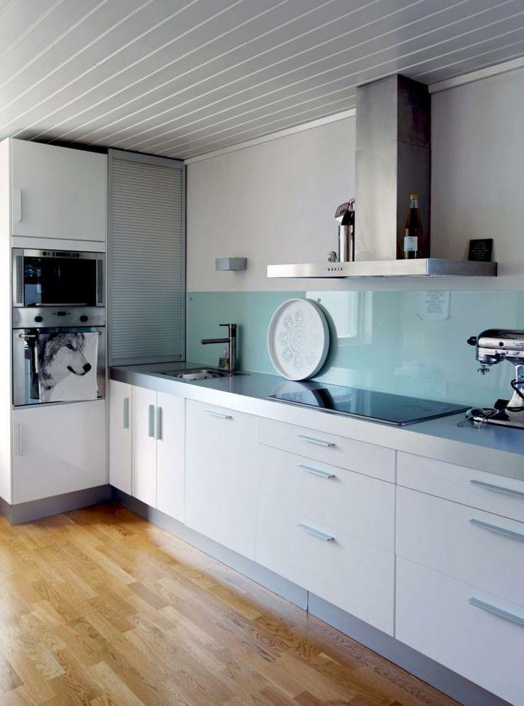 STILRENT: Kjøkkenet fra Ikea er stramt og elegant med farget glass i sprutsonen. Farget pleksiglass er også et godt alternativ.