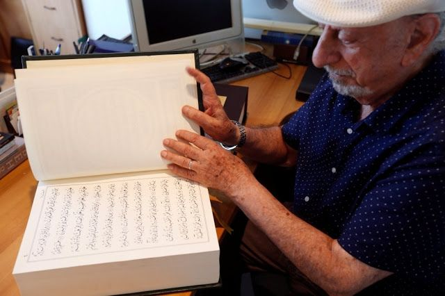 Subhanallah! Kakek 80 Tahun Ini Berhasil Selesaikan Penulisan Al Quran dengan Khat Kaligrafi Tersulit  Headlineislam.com - Butuh waktu 2 tahun lamanya bagi Mahmoud Bayoun (80 tahun) untuk menuliskan Al Quran menggunakan khat kaligrafi tersulit Diwani yang sangat jarang digunakan dalam penulisan Al Quran. Menurut informasi yang saya terima belum ada di dunia Islam yang menggunakan khat Diwani dalam penulisan Al Quran Nur Karim. Ini adalah suatu prestasiujar Mahmoud Bayoun kepada Reuters…