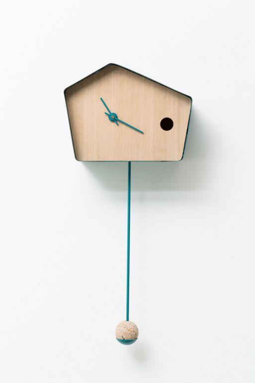 Voici une horloge dans l'esprit des coucous suisses d'antan. Cette horloge murale a été designée par Nadège Dell'Ome Seigne et Noëlli Salguero-Hernandez et présenté dans le cadre de l'exposition «24h dans la vie d'un coucou suisse». On apprécie la simplicité de l'objet et la modernisation d'un objet pas design a priori.