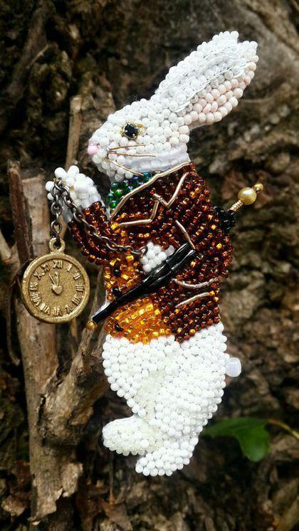 Купить или заказать Брошь 'Тот самый белый кролик' в интернет-магазине на Ярмарке Мастеров. Брошь вышитая бисером белый кролик из сказки Л. Кэрролл 'Алиса в стране чудес'. Кроль создан по рисунку J. Tenniel из оригинального британского издания 'Alice in wonderland' 1866 года. Трудно не заметить пробегающего мимо белого кролика, который смотрит на часы и испуганно твердит: 'Ах, боже мой, боже мой! Я опаздываю! Все бы ничего, но вот Герцогиня, Герцогиня!