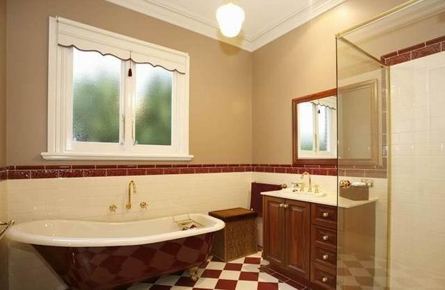 This is an amazing bathroom by Wayne Stewart Builder.   Check out more of their galleries here: www.hipages.com.au/waynestewartbuilder
