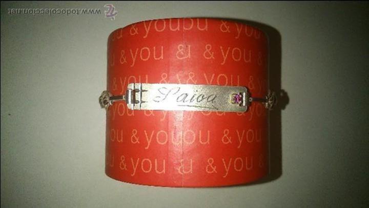 bonita pulsera plateada. tiene grabado el nombre de saioa. una pequeña piedra rosa de adorno