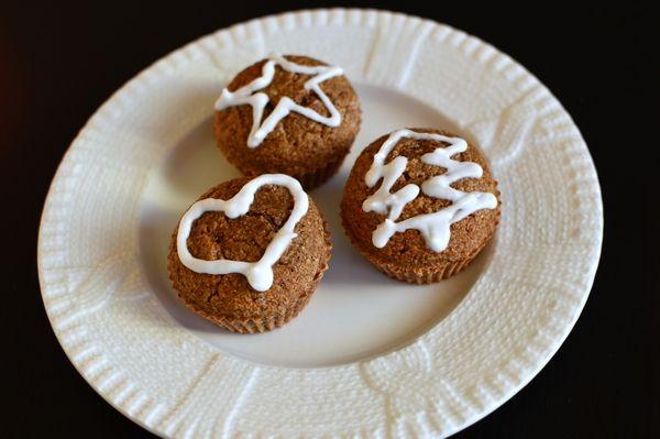 Pepperkake-havremuffins pyntet med melis (Bakekona)