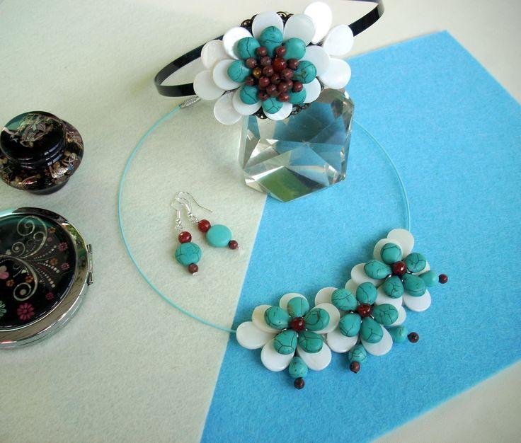 """Set: Diademă, cercei şi colier """"Dumitriţe"""" din colecţia de sidef şi turcoaz """" Flori de piatră Bijoux"""" Didina Sava. Colierul este confecţionat din petale de sidef, lacrimi. bănuţi şi dropuri de turcoaz reconstituit, mărgele de carneol faţetate şi mărgele de jasp, sârmă modelatoare argintată neoxidabilă, pe un suport de oţel siliconat.  De vânzare"""