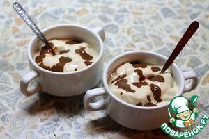 Банановое мороженое с шоколадным соусом