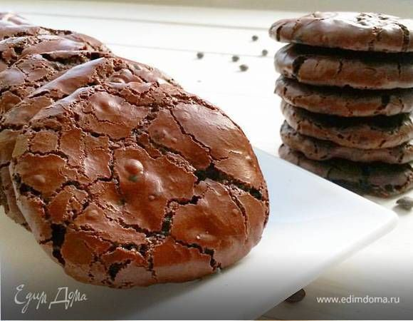Снаружи сухое и хрустящее, внутри мягкое и тающее! Очень вкусно, очень шоколадно! И, кстати, это еще один вариант утилизации белков. Угощаемся! Приятного аппетита!