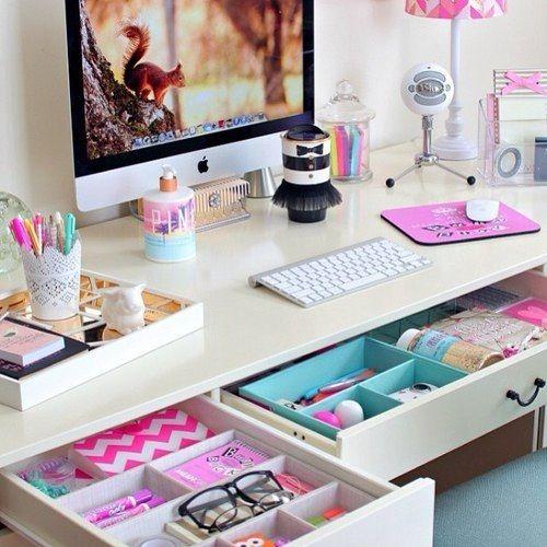 Inspiração de organização para a mesa de estudos do cantinho rosa! :)