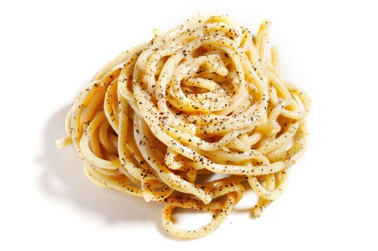Ο Τάσος Μητσελής ανανεώνει τους αιώνιους όρκους του με την cacio e pepe και ανατρέχει στις σημειώσεις του για να μαρκάρει έξι αθηναϊκά εστιατόρια που την επαναφέρουν στο προσκήνιο.
