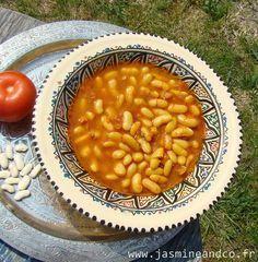Loubia marocaine - 200g haricots blancs secs 2 tomates 1 oignon 3 cs huile d'olive 3 gousses d'ail 1 cs concentré de tomate cumin coriandre hachée sel poivre et safran. Faites tremper 12h les haricots. Couper les tomates en 2, râpez la chair jeter la peau, idem avec l'oignon. Ds 1 fait-tout, mettre purée de tomate épices/herbes. Pochez haricots qqs min dans eau bouillante. Égouttez, ajoutez les à la sauce, couvrir de 2 verres d'eau et laissez mijoter jusqu'à ce que les haricots soient…