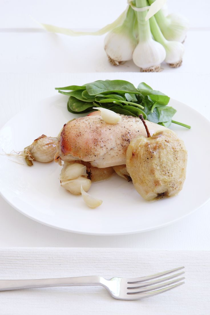 Chicken with red apples http://www.instyle.gr/recipe/kotopoulo-kokkina-mila/
