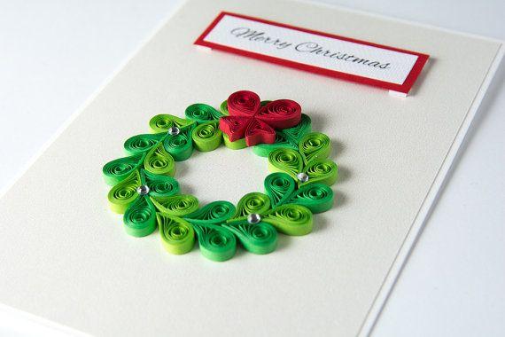 Carte de voeux de Noël unique Quilling piquants Noël guirlande vert élégant Holiday Card Merry Christmas Xmas Gift saison traditionnelle ------------------------------ Belle et unique carte de Noël décorée à laide de la technique de quilling. :)  Quilling est une forme dart qui implique lutilisation de bandes de papier qui sont laminés, en forme et collées pour créer des conceptions décoratives.  Tous les éléments de quilling sont faits à la main.  DÉTAILS :  -taille - 5,7 « x 4,1 » (14,5…